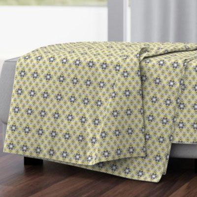 Throw blanket with geometric flowers in yellow